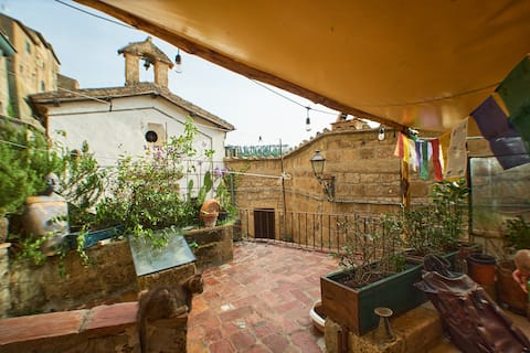House with large terrace in the heart of Sorano