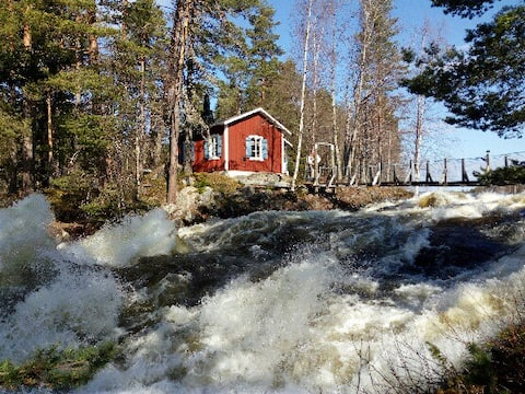 Flottarstuga vid fors Cabin by the wild river