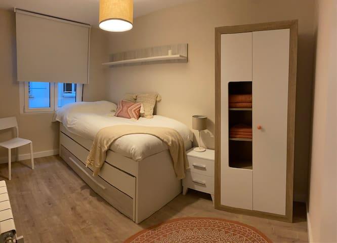 Habitacion con dos camas individuales.