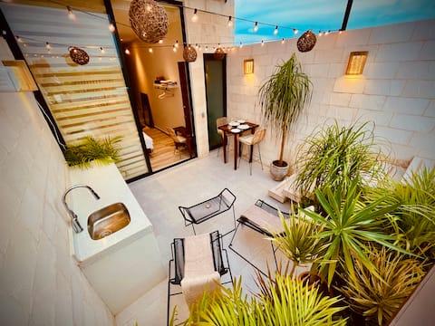 NEW cute studio w/private pool in perfect location