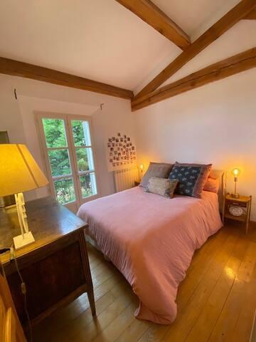 chambre double vue sur le tilleul en fleurs et les roses