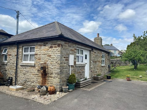 Cosy 1-bedroom cottage with indoor open fireplace