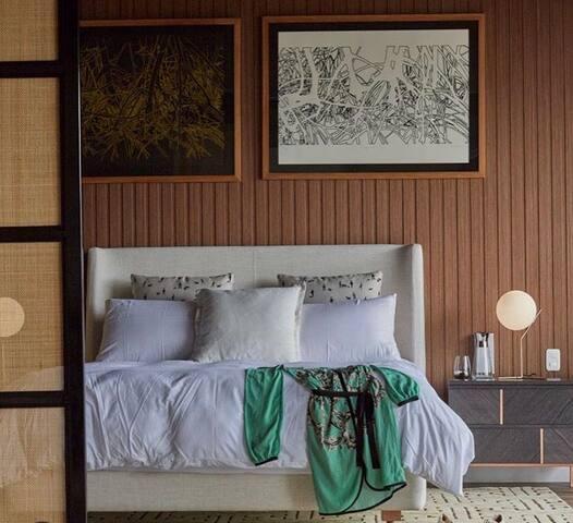 Habitación principal con terraza propia, baño, escritorio y walk-in closet. De 90 m2 aproximadamente.