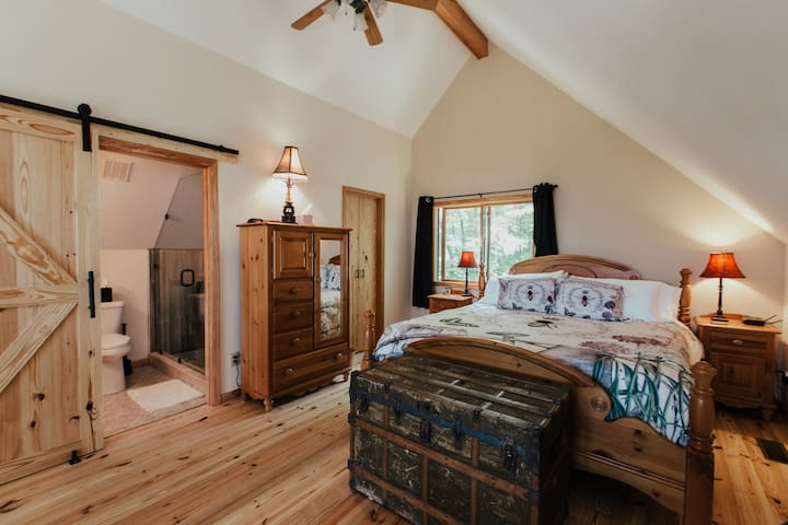 Master loft bedroom with king sized bed and attached bath. Amazing Mountain View's right from your bed when you awake!