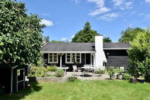 Hyggeligt sommerhus med stor have tæt ved fjorden