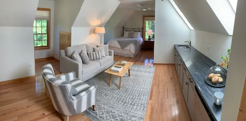 Charming carriage house loft steps from downtown