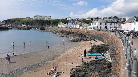 Garden flat steps from beach, restaurants, shops