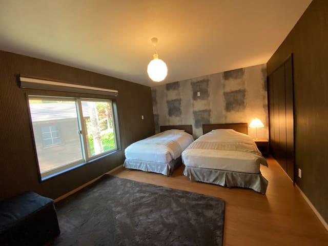 落ち着いた雰囲気のベッドルーム エキストラベッドが1台ございますので、最大5名様ご宿泊可能です。