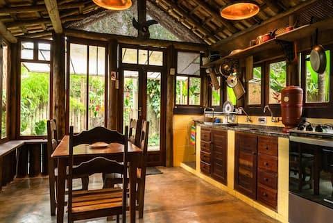 Charmosa casa rústica com jardim tropical.