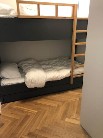 חדר שינה ילדים עם מיטת קומותיים +מיטת חבר נפתחת