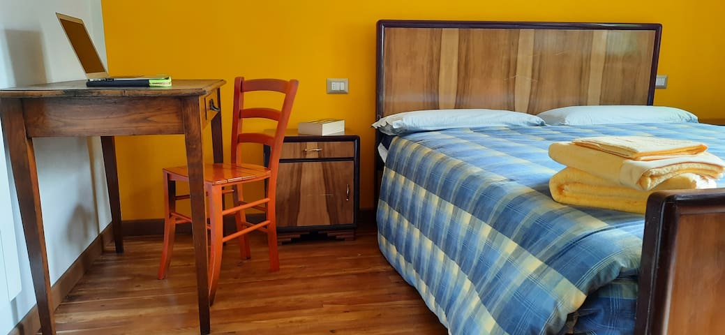 Camera 2 con letto matrimoniale - Bedroom with double bed