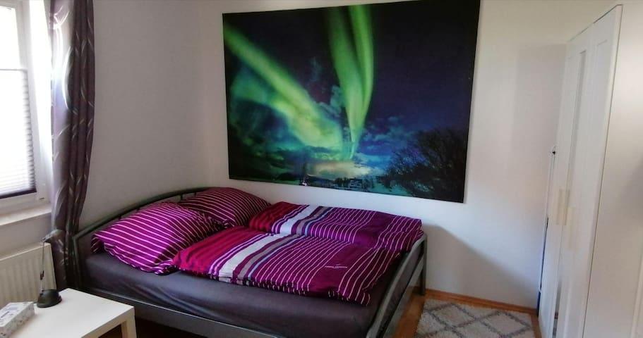 Der Schlafbereich unter dem Nordlicht bietet mit einem 1,40 x 2,00 m Bett einen guten Schlafplatz für ein, ggf. auch zwei Personen.
