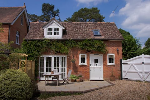 Traditional, cosy detached country cottage