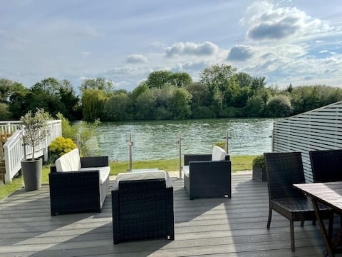 Cotswolds Lakeside Luxury Home, 2 bed, 2 ensuites
