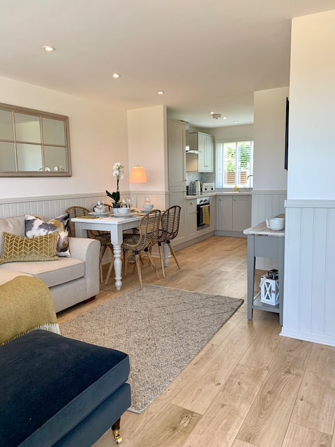 Bijou 2 bed chalet, yards from a sandy beach!