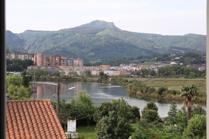 Vue sur le fleuve Bidassoa et l'Espagne, le massif de montagnes Les Trois Couronnes ou Aiako Harria, ou Peñas de Haya en espagnol.