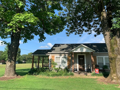 Country Cottage Home on 2 Acres Close to UTM