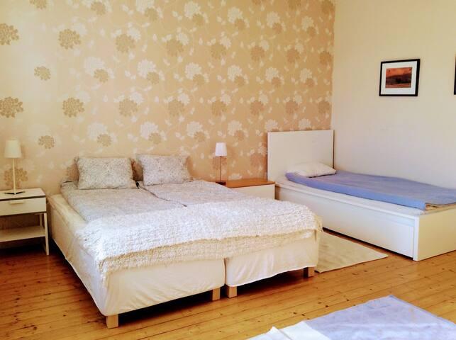 2 st 80cm-sängar, 1 st 90 cm med förvaring under. 1 st extrasäng kan ställas in.