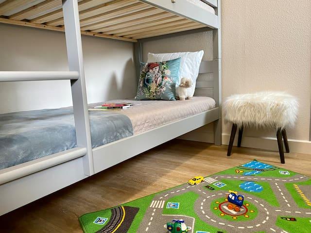 Chambre cabine enfants avec fenêtre et lits superposés 90 x 190