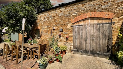 Jem's Barn: quirky 500 yr old eco barn, Cotswolds