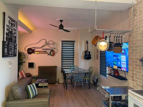 Sleeps 6, 20min to WI Dells! Cool Downtown Condo!