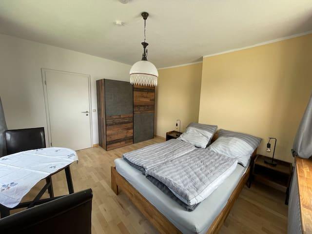Das untere Schlafzimmer mit einem Bett, 140 x 200 cm