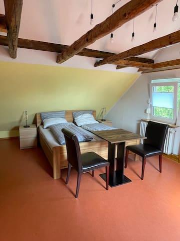 Das zweite Zimmer oben ist ähnlich wie das andere. Auch hier gibt es ein 180 x 200 cm großes Bett.