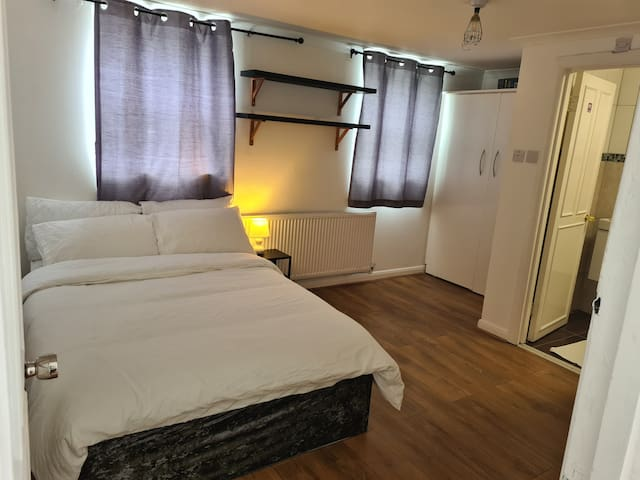 Ensuit Room 4 with a double bed