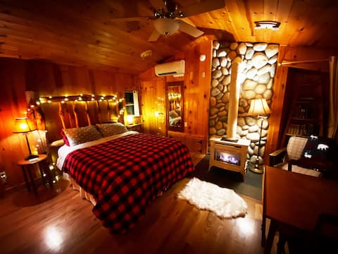 Emmons Cabin Suite: Hot Tub, Fireplace, & Flannel!