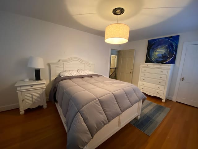 Upstairs bedroom - Queen