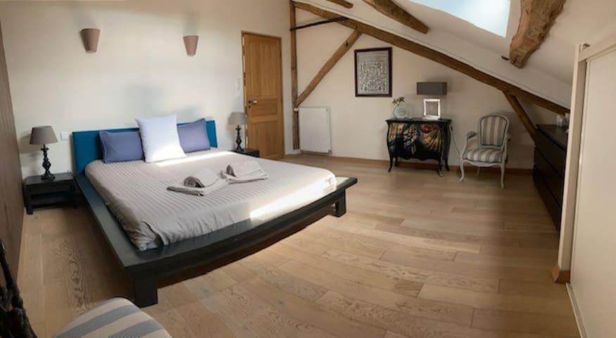 1er étage  Chambre 4 avec lit de 160  Equipement : linge de lit + linges de bain
