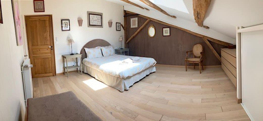 1 er étage  Chambre 5 avec lit de 180  Equipement : linge de lit + linges de bains