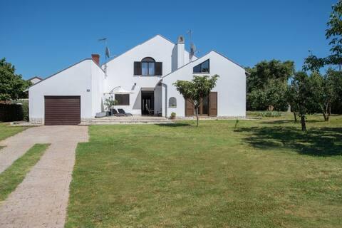 Villa Bosa-dom s veľkou záhradou, 5min od mora