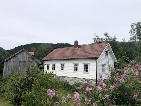 Trivelig gårdshus med jacuzzi og uteplass
