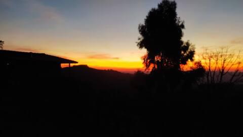Chalé Pôr do Sol. Romance, natureza e linda vista.