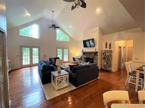 Cheerful 3 Bdrm Lakefront Cottage on Lake Oconee