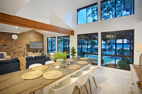 *NEW* The Lake Haus - Waterfront - 1.5hrs from Syd