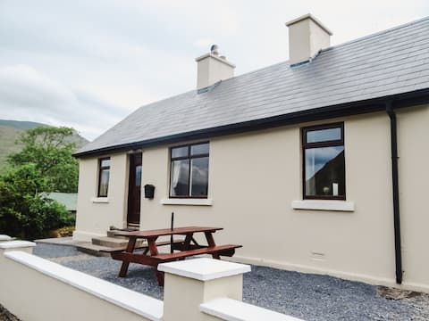 Sea Breeze Cottage - A Cozy Three Bed