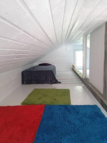 Yläkerta (matalaa tilaa), ei eristetty eli käytössä vain kesäaikaan.