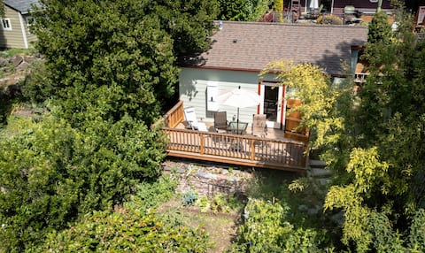 Beautiful studio with private deck & free parking