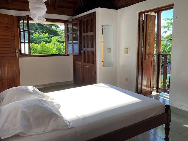 Chambre 4: chambre du 1re étage. Elle a une grande fenêtre, une mini-terrasse et une armoire.
