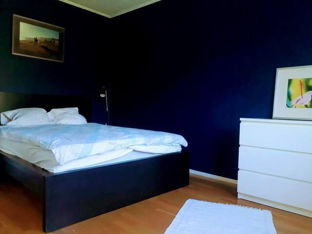 Sovrum mellanplan, 1 st 140cm säng. Garderob, byrå, arbetsyta. Fönster ut mot trädgård. Fönstret ligger en halv trappa upp så det är ingen insyn från trädgården.