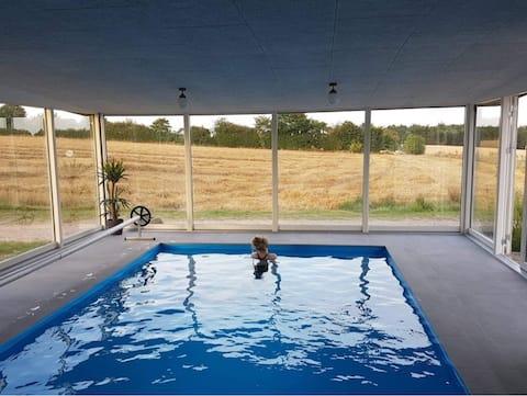Dejlig og hyggelig lejlighed fra 2021 med pool.