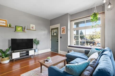Cozy Vintage Apartment - Self Check-In & Laundry