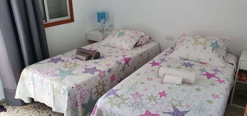 chambre à 2 lits twin 190 x 90 cm. Balcon avec petite table et 2 chaises, vue sur la mer.