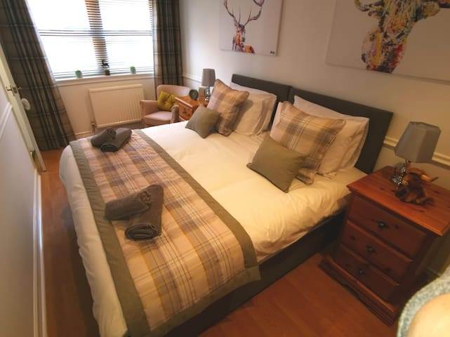Bright bedroom with King Size bed (this Bedroom can be converted into Twin Beds on request).
