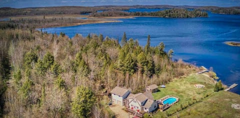 Peaceful Waterfront Almaguin cottage *Pool*Hot Tub