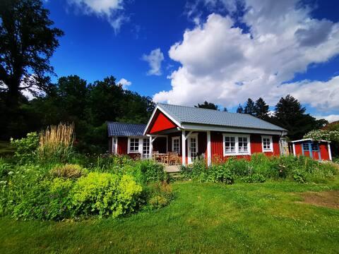 Idyllisches Schwedenhaus in ruhiger Hanglage