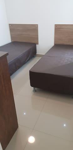 Quarto 3 com duas camas de solteiro e 02  colchões auxiliares. Possui ventilador de teto