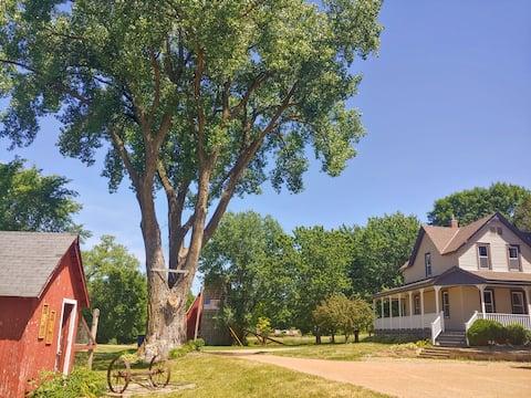 Farmhouse Retreat w/ 2 creeks & woods on 20 acres!